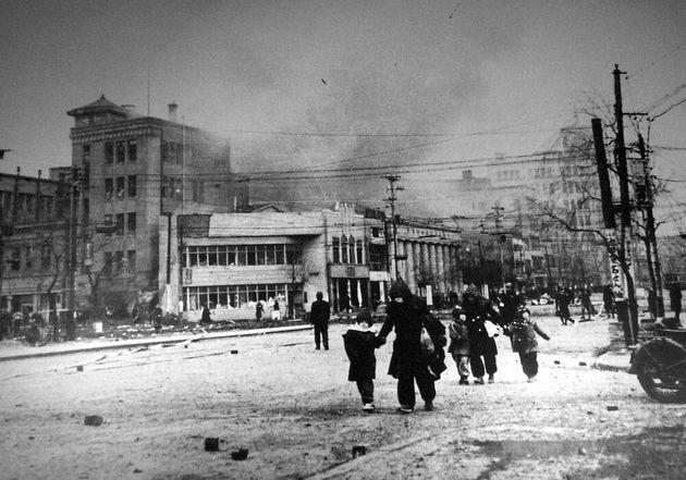 လွန်ခဲ့သော ၇၅ နှစ်က ဗုံးကြဲခံခဲ့ရတဲ့တိုကျိုမြို့၏ပုံရိပ်များ !!!