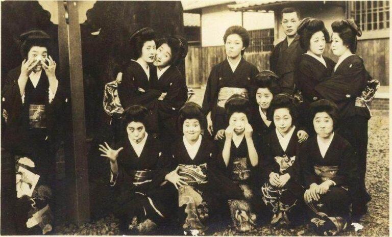သင်မတွေ့ဖူးသေးသော ရှေးဂျပန်အမျိုးသမီးတို့ရဲ့ ရယ်စရာဓါတ်ပုံ ၁ ပုံ လူမှုကွန်ယက်တွင်ပျံ့နှံ့လျှက်ရှိ !!!!