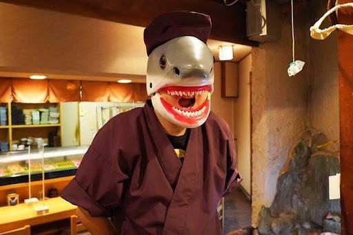 ဧည့်ကြိုငါးမန်း? ထူးဆန်းတဲ့လာဘ်ကောင်လေးနဲ့ ကြိုဆိုပေးနေတဲ့ ဆူရှီဆိုင်